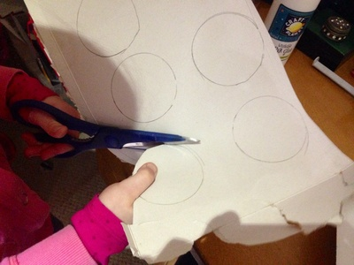 Cutting out circles, kids craft, making medals,