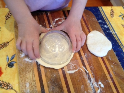 cutting pizza shape with round dish, making pizzas, how to make a round mini pizza