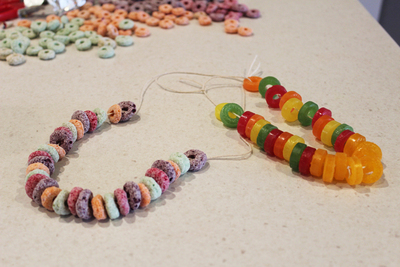 edible necklaces, candy necklaces, edible kids crafts, fun kids activities, party favours, fruit loops necklace