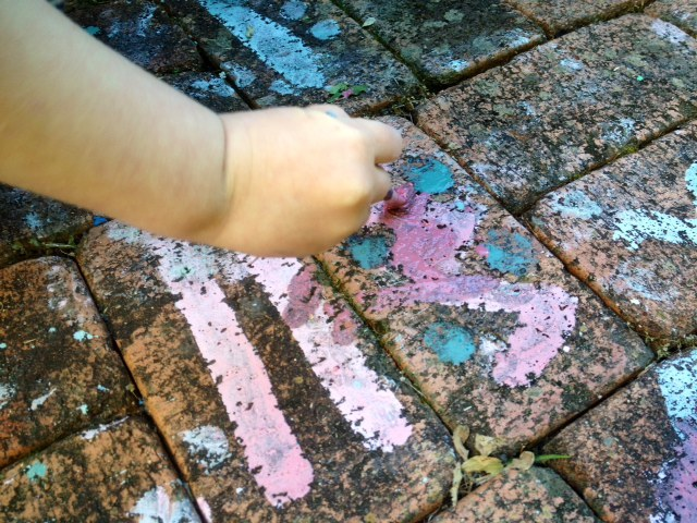 make your own sidewalk chalk paint, DIY sidewalk chalk paint, homemade chalk paint, pavement chalk paint, chalk paint, kids chalk paint at home