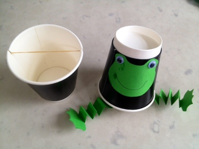 concertina frog legs, paper folding legs, fan legs, frog craft, paper frog legs, kids craft frog