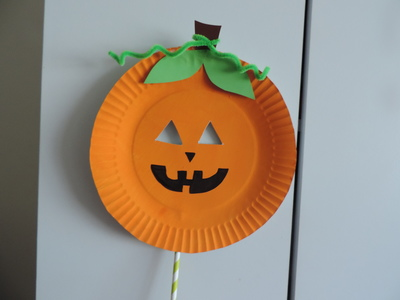 Make use of a paper plate to make a spooky pumpkin mask. This is really fun to create and great for Halloween. Be sure to add your own twist to it. : paper plate halloween masks - pezcame.com