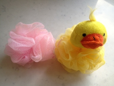 dipping bath puff in pink paint, easy kids art ideas, printing with sponges