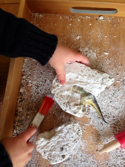 Dinosaur fossil excavation, dinosaur games kids, dinosaur buried in plaster, toy dinosaur hunt, toy dinosaur plaster