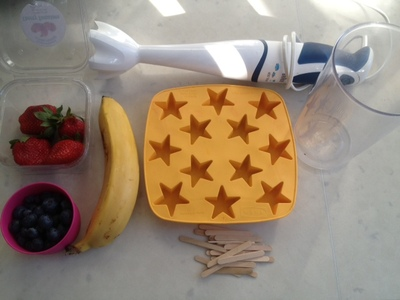 blending the fruit, hand blender, making smoothies