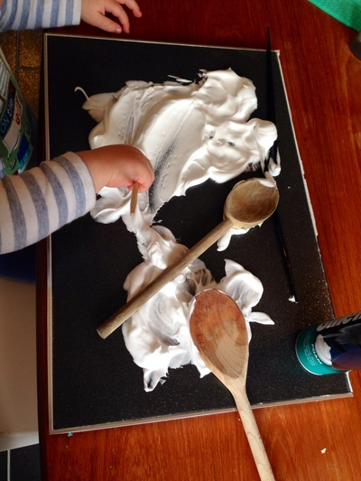 Shaving foam kids craft, shaving foam kids activities, foam doodle board, drawing in shaving foam, kids craft, kids messy play ideas