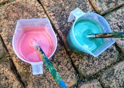 sidewalk chalk paint in pots, homemade liquid chalk, homemade chalk for kids painting, easy summer kids art idea, cheap messy play painting idea