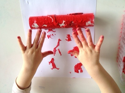 toilet roll tube roller printing with foam shapes, kids craft idea printing hands